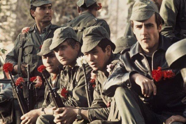 Soldados con claveles en sus armas en la Revolución del 25 de abril de 1974.