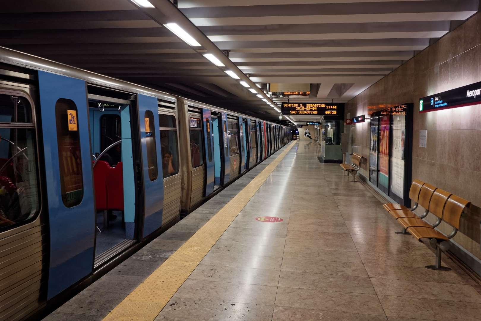 Andén de la estación de Aeroporto del metro de Lisboa.
