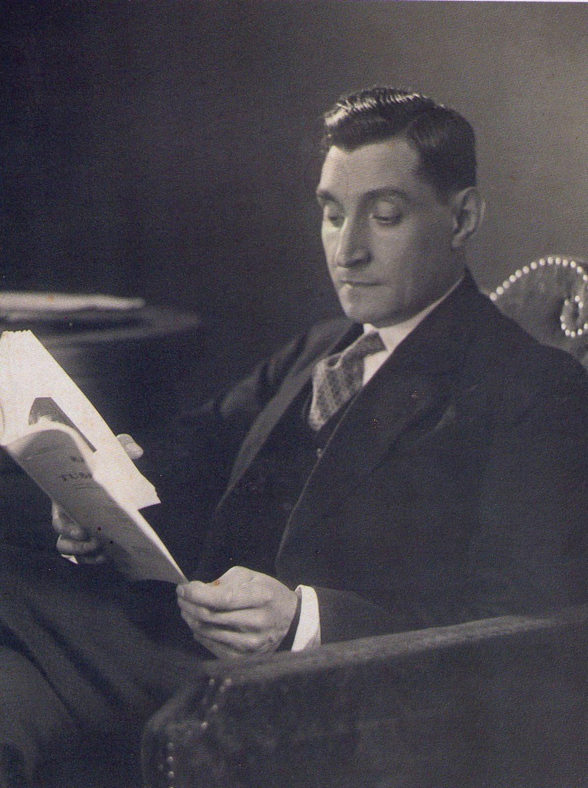 Fotografía en blanco y negro de António de Oliveira Salazar leyendo.