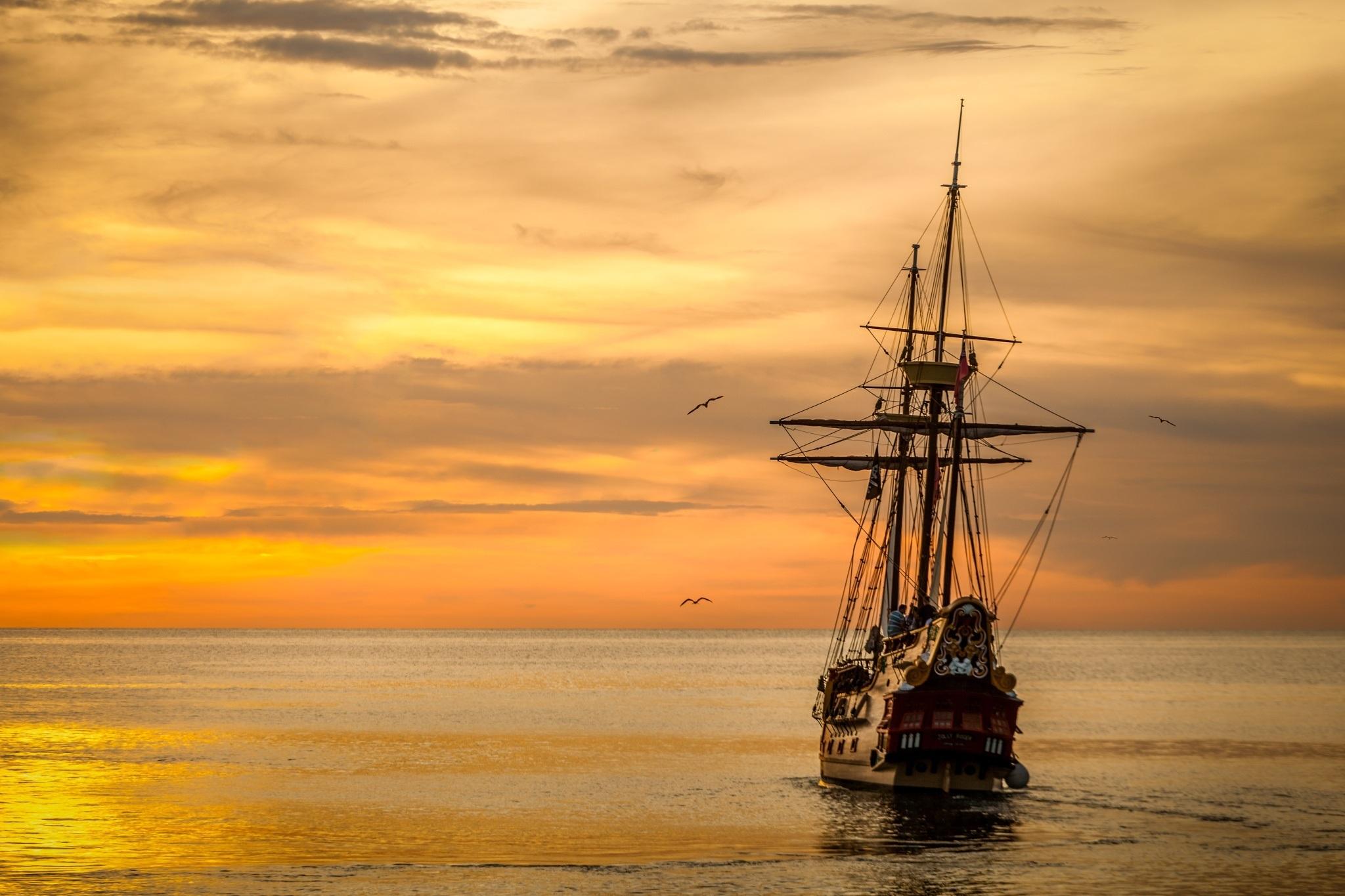 Barco antiguo navegando por el mar.
