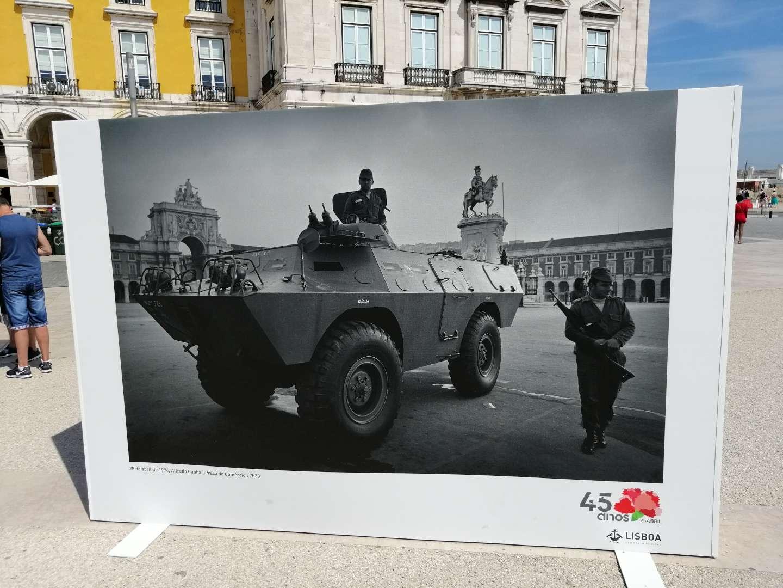 Exposición de fotografía de la Revolución de los Claveles en Praça do Comércio (Lisboa, año 2019), mostrando militares con un vehículo blindado.