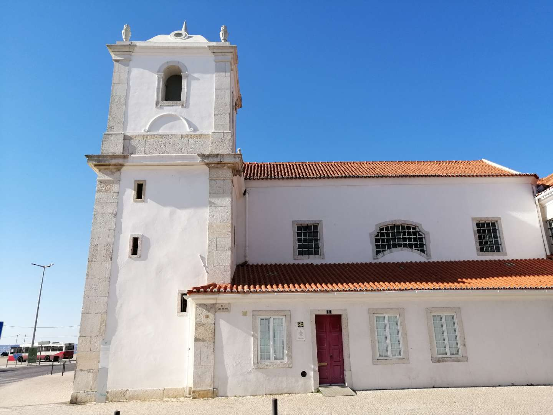 Iglesia de Barreiro con la fachada blanca y un pequeño campanario.