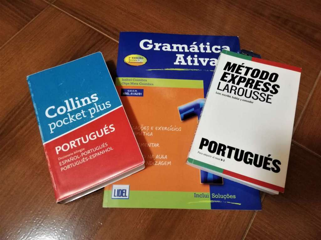 Dos libros para iniciarse en portugués y un diccionario.