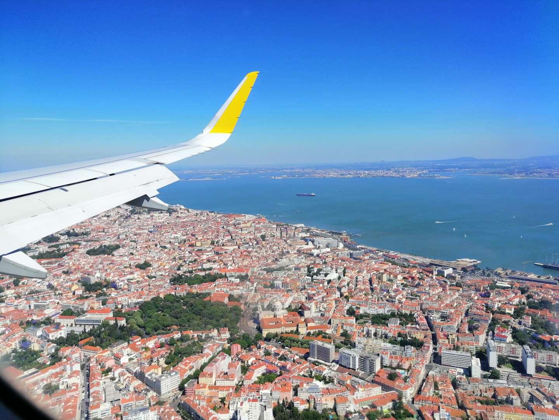 Paisaje de Lisboa junto con el río Tajo desde un avión.