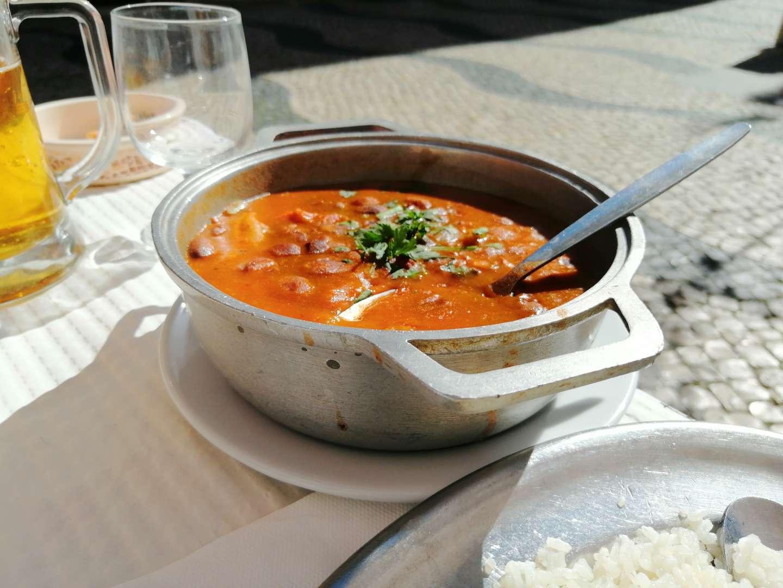 Cazuela de feijoada en un restaurante de Cacilhas.