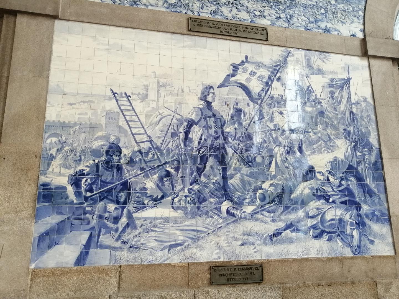 Azulejo de Enrique el Navegante en la conquista de Ceuta, ubicado en la estación de São Bento en Oporto. Muestra a Enrique de pie en el campo de batalla con la bandera del reino de Portugal a su lado.